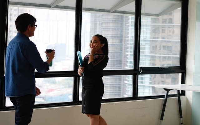<img alt=&quot;two professionals talking to one another in an office&quot;src=&quot;https://topyx.com/wp-content/uploads/2017/07/two-professionals-talking-to-one-another-in-an-office-.jpg&quot;/>